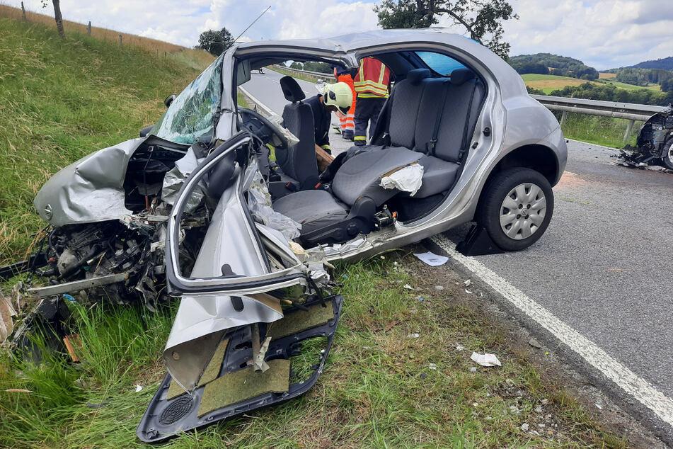 Die Fahrerin dieses Nissan musste aus dem Wrack herausgeschnitten werden.