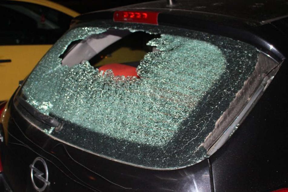 Der Mann hatte mit Steinen Scheiben an den Autos eingeschlagen.