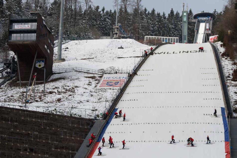 Heftiger Sturm wirbelt Weltcup-Skispringen in Willingen durcheinander