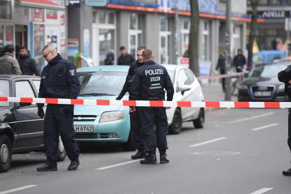 Ein Polizist wurde während einer Verkehrskontrolle in Berlin-Neukölln angefahren.