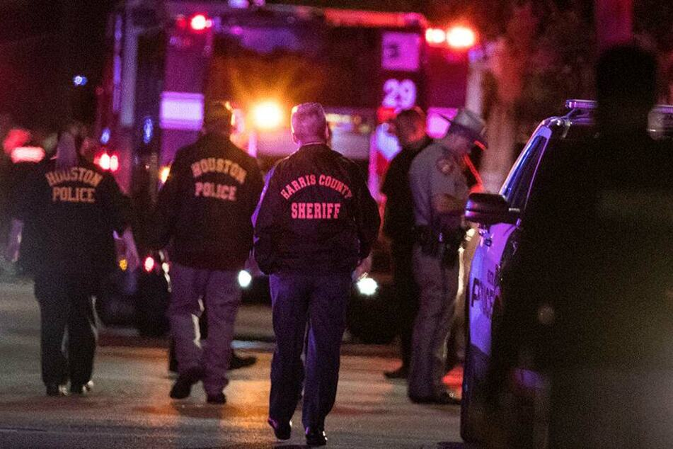 Bei einer Schießerei in der texanischen Metropole Houston sind am Montagabend fünf Polizisten verletzt und zwei mutmaßliche Drogenhändler getötet worden.