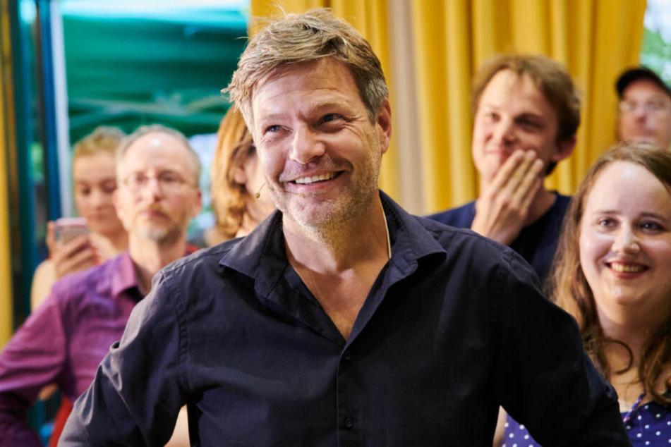 Robert Habeck (Bündnis 90/Die Grünen), Bundesvorsitzender, freut sich mit einen Parteikollegen über die ersten Ergebnisse der Landtagswahlen in Brandenburg und Sachsen.