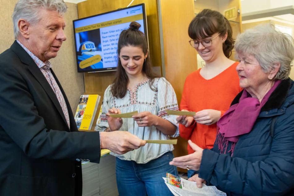 SPD-OB Dieter Reiter (l.) verteilte erstmals Wertgutscheine für Frauen-Nacht-Taxis.