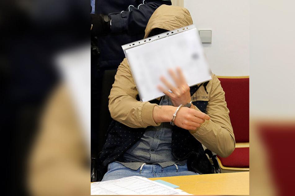Gemeinsam mit Hamza C. (25) soll Fahri A. ein Ehepaar in seiner Wohnung mit einer Pistole bedroht und ausgeraubt haben.