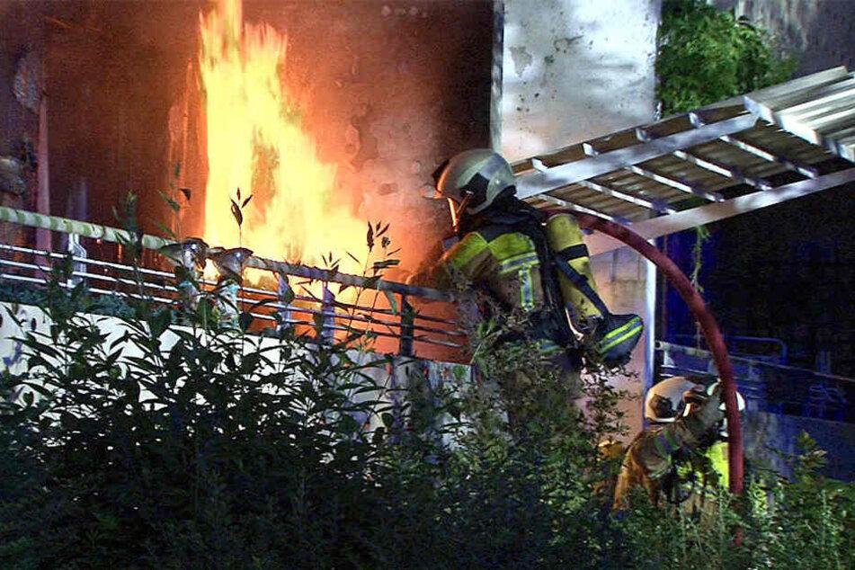 Feuerwehrmänner müssen bei Bränden - wie hier im Juni in Gorbitz - an Brandorte, an denen bis zu 1000 Grad gemessen werden.