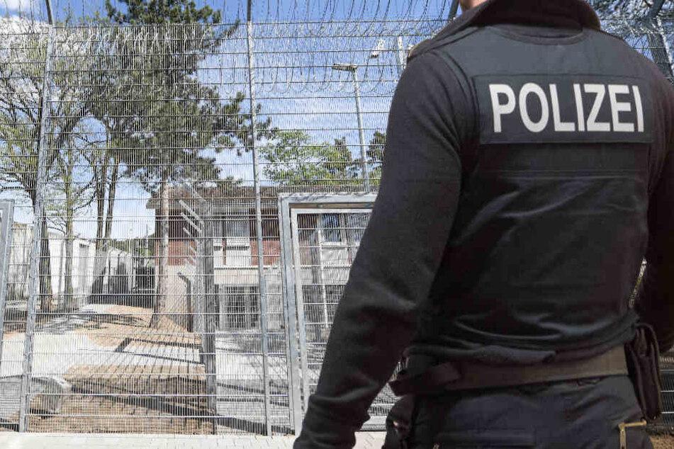 Großfahndung! Flüchtlinge fliehen durch Versorgungsschacht aus Abschiebe-Knast