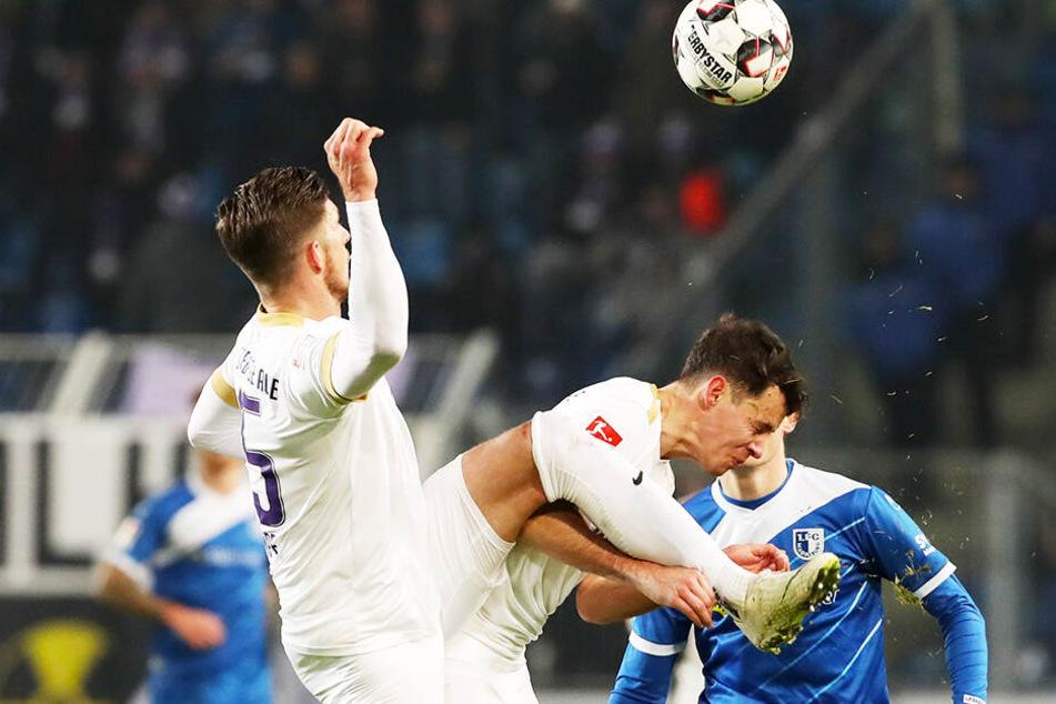 Die Auer Dennis Kempe (v.l.) und Clemens Fandrich im Duell mit Magdeburgs Charles Elie Laprevotte. Die Veilchen begannen stark. ließen aber schon nach 20 Minuten nach und wurden mit einer 0:1-Pleite bestraft. Das darf sich gegen Ingolstadt nicht wiederhol