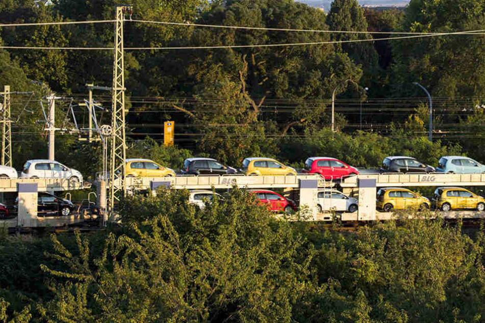 Ein Güterzug, der mit Neuwagen beladen war, wäre am Sonntagabend beinahe entgleist. (Symbolfoto)