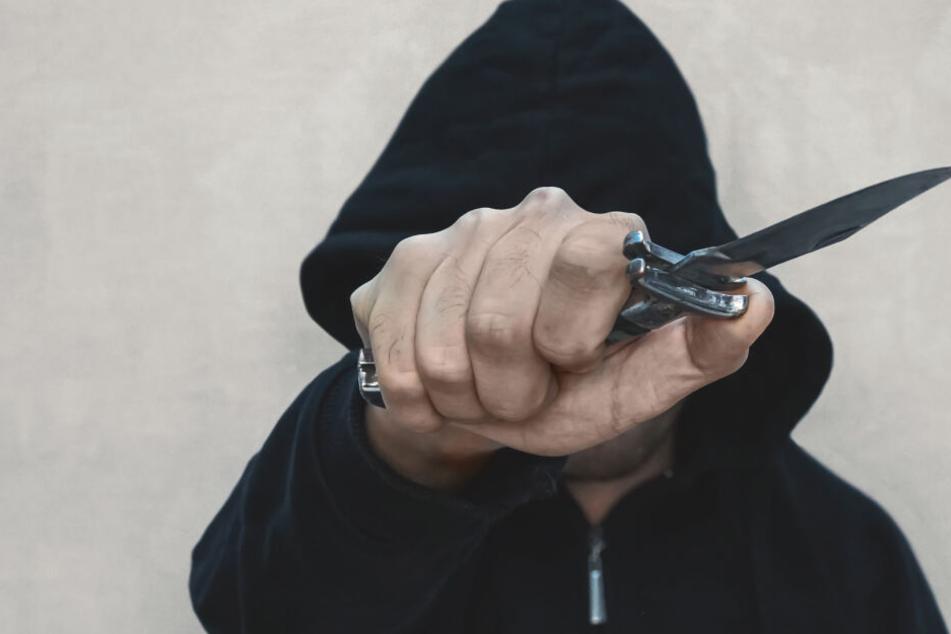 Der Mann zog ein Messer, versuchte damit nach dem Syrer zu stechen. (Symbolbild)