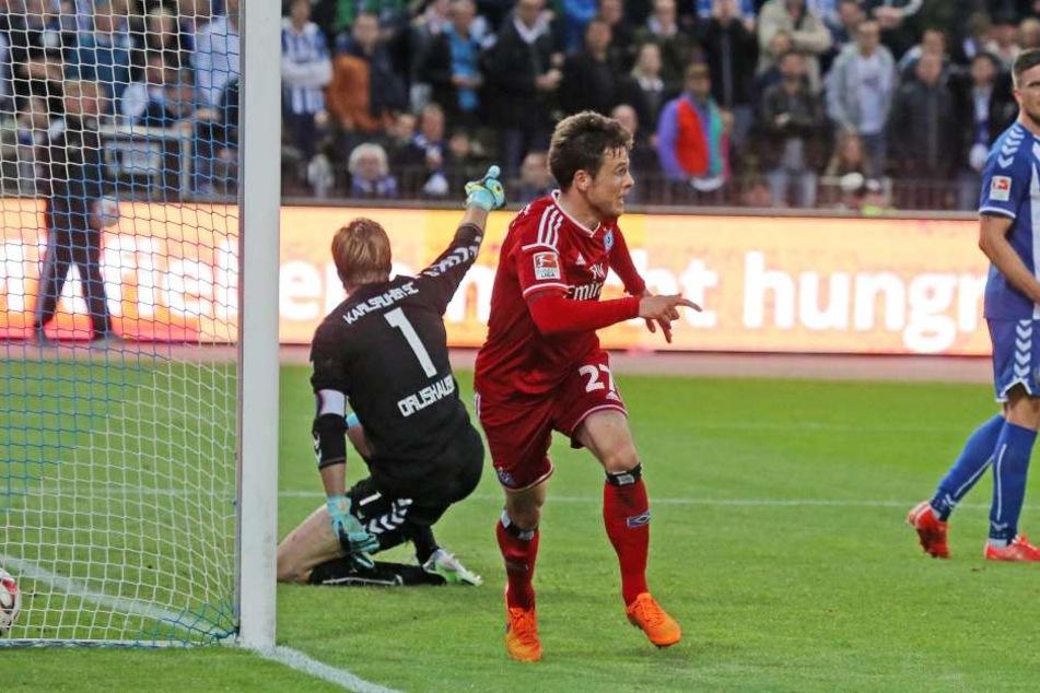 1. Juni 2015: Nicolai Müller (M.) hat im alles entscheidenden 2. Bundesliga-Relegationsduell zum 2:1 für den Hamburger SV gegen den Karlsruher SC getroffen. Klassenerhalt für den HSV, der KSC verpasst den Aufstieg - Dennis Kempe (r.) schaut konsterniert d
