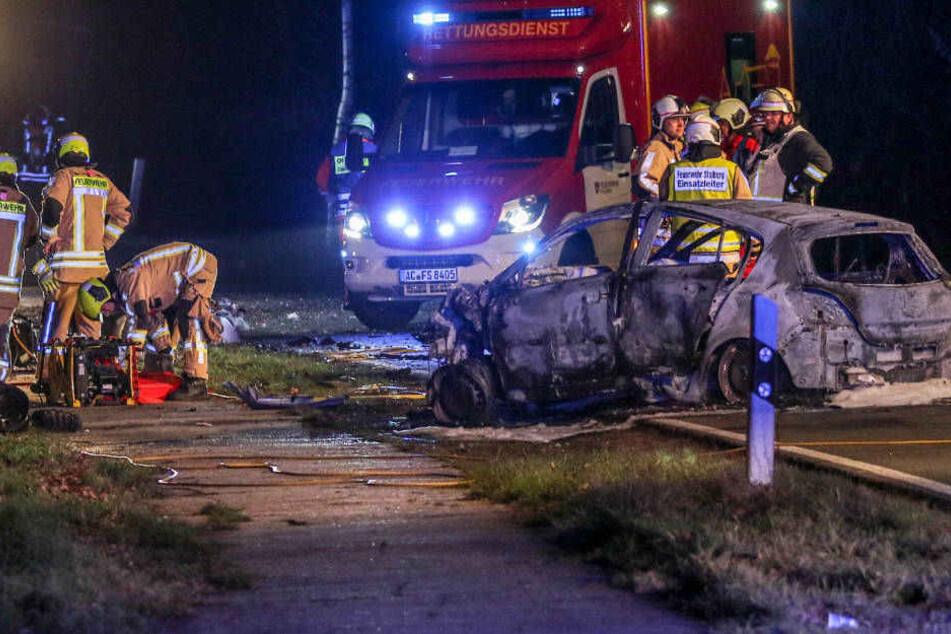 Vier Menschen sterben bei Frontal-Crash: Auto brannte aus