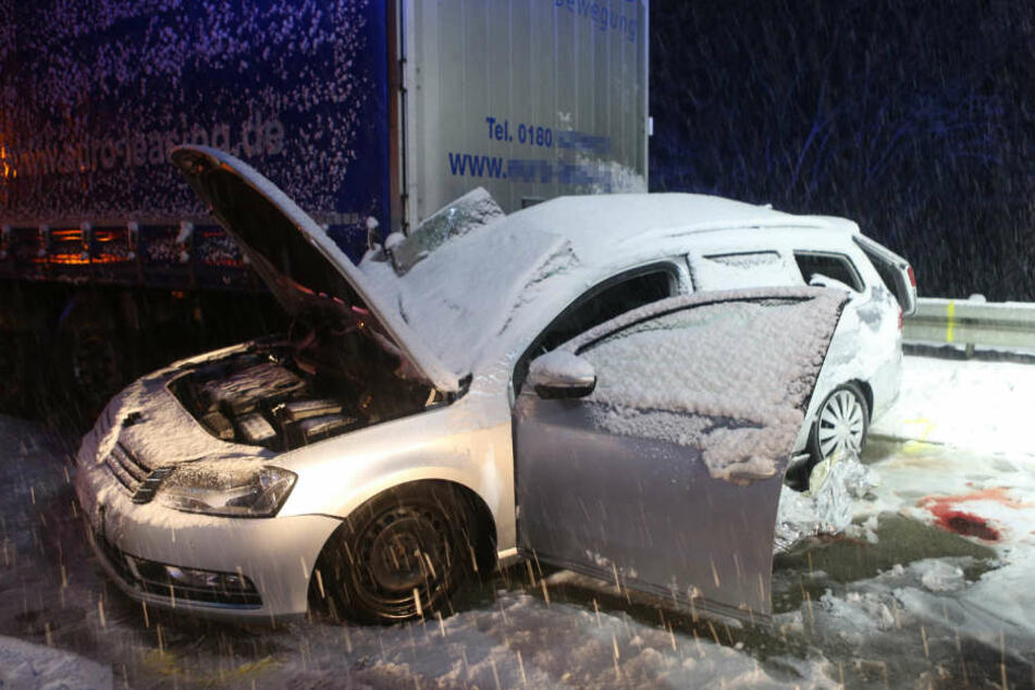 Der 41-jährige Fahrer dieses VW kam bei dem Unfall ums Leben.