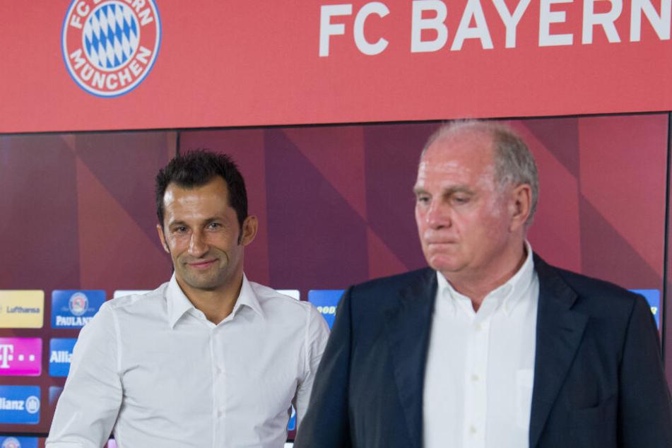 Hasan Salihamidzic bei seiner Vorstellung als neuer Sportdirektor neben Uli Hoeneß.