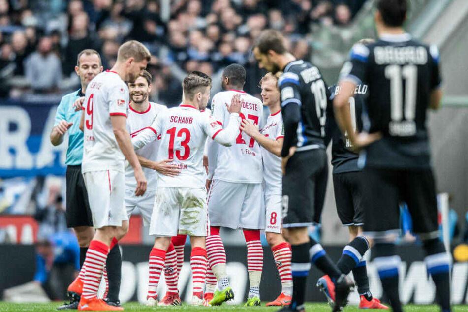 Die Kölner Spieler freuen sich nach dem 5:1-Sieg gegen Arminia Bielefeld. Die Niederlage bekamen 13 Arminia-Fans gar nicht mit, die die Polizei schon vor dem Spiel in Gewahrsam nahm.