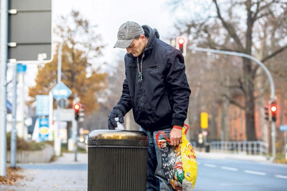 Das Mehrwegflaschen-Geschäft läuft im Winter eher mau. Für seine Energy-Drinks und den Tabak reicht es gerade so.