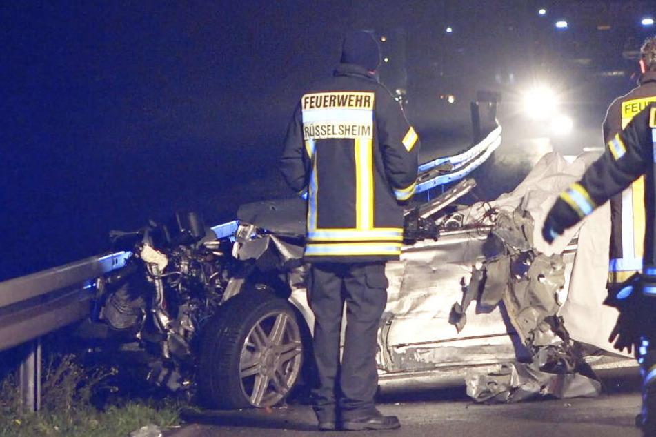 Tödlicher Unfall auf der Autobahn: Mercedes kracht ungebremst in Sattelzug, drei Menschen sterben