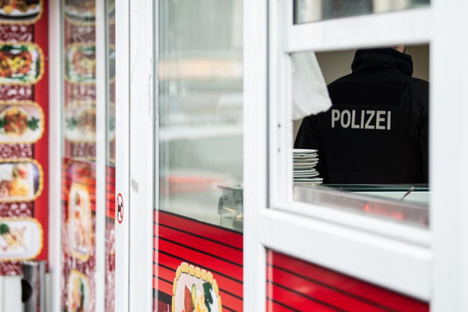 Opfer (20) verblutet vor Döner-Imbiss: Messerstecher-Duo auf der Anklagebank