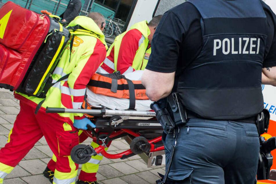 Der schwer verletzte Mann wurde vom Rettungsdienst in eine Klinik gebracht (Symbolbild).