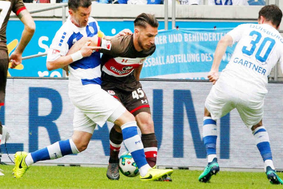 Die Duisburger Branimir Bajic (links) und Christian Gartner (rechts) sowie Dimitrios Diamantakos vom FC St. Pauli kämpfen um den Ball.