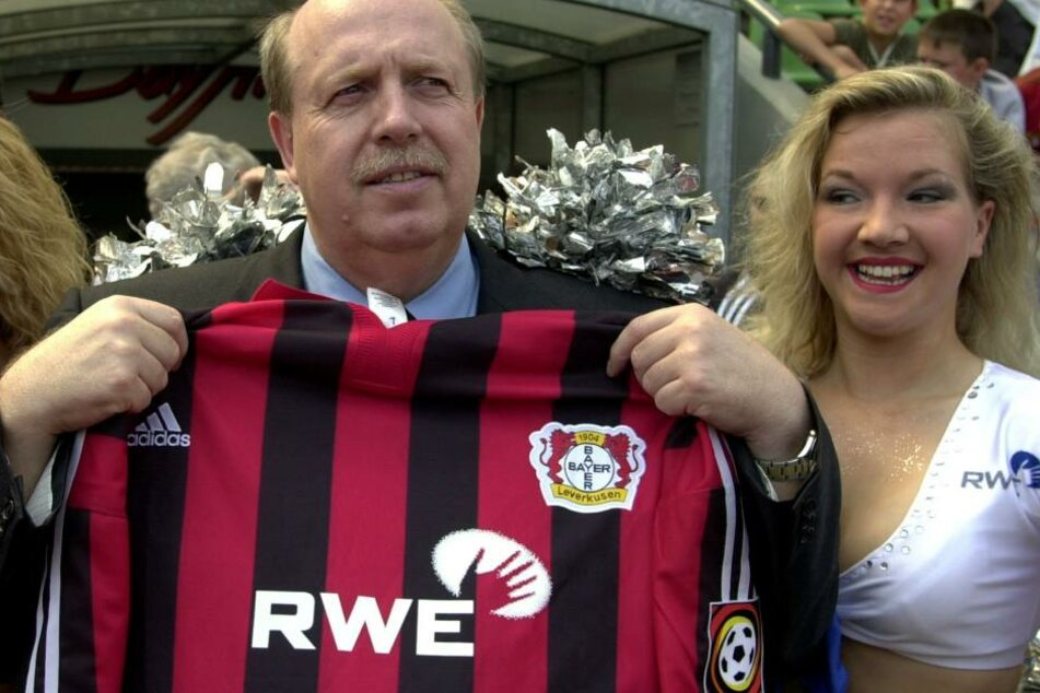 Reiner Calmund mit einem Trikot von Bayer Leverkusen.