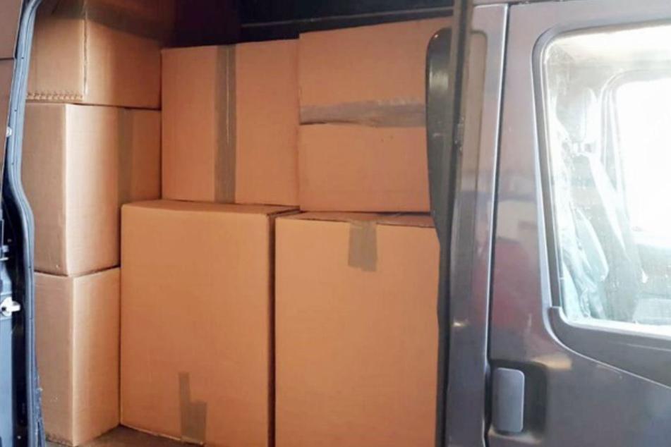 Die Lieferung befand sich in mehreren Kartons in dem Transporter.