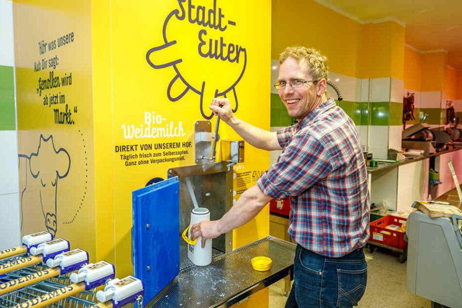 Lass Laufen! Podemus-Chef Bernhard Probst (40) zapft sich aus dem neuen  Stadt-Euter frische Milch in die Kanne ab.