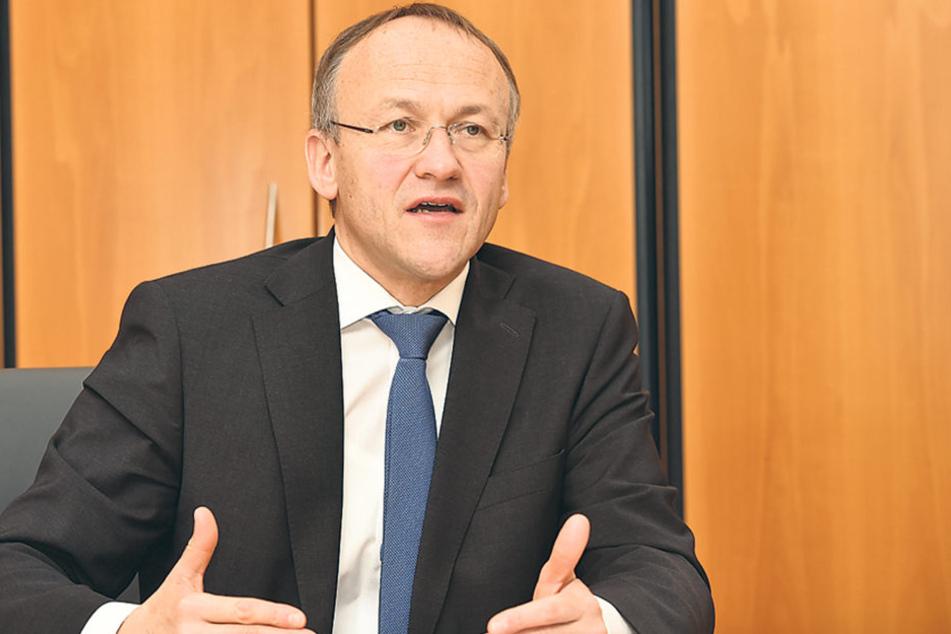 Finanzbürgermeister Peter Lames (52, SPD) muss dem Stadtrat einen  Finanzierungsvorschlag für die Millionenlücke unterbreiten.
