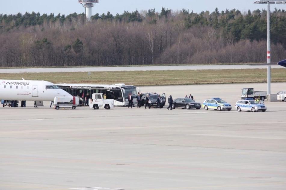 Die Polizeieskorte holte Wilders am Dresdner Flughafen ab.