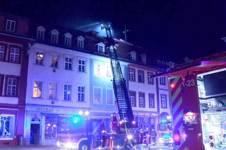 Feuer in Gaststätte: 45 Menschen evakuiert, zwei Wohnungen zerstört