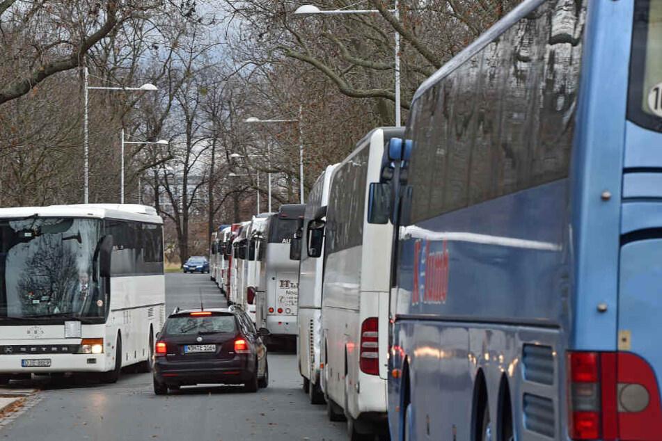 Etwa 100 Reisebusse kommen pro Tag nach Dresden. Zur Striezelmarktzeit werden Spitzenwerte von täglich bis zu 800 Bussen erreicht.
