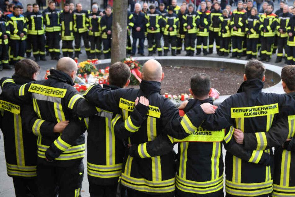 Am Königsplatz trauern Feuerwehrmänner um den verstorbenen Kameraden.