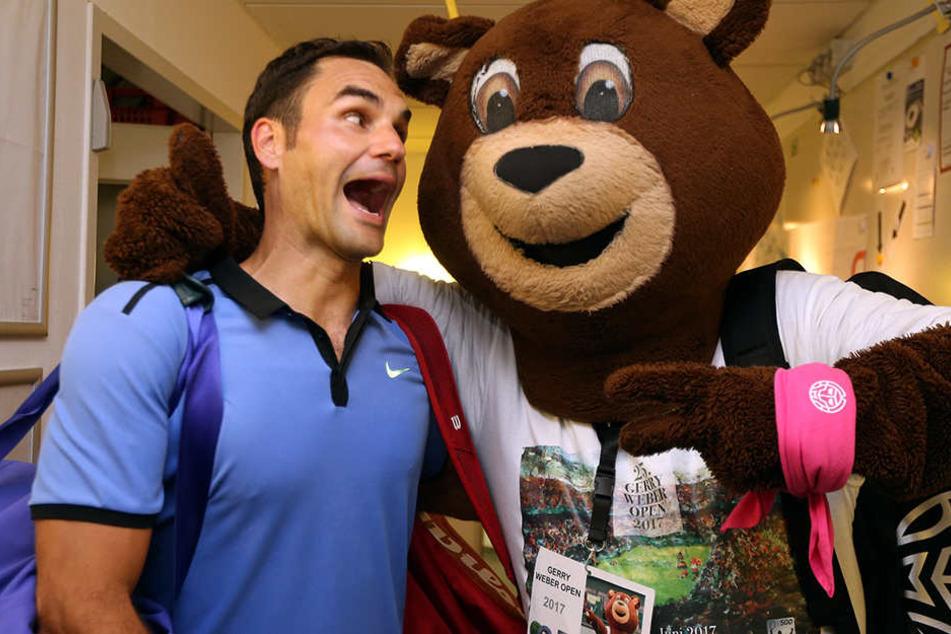 Spaßduo: Roger Federer bei einer Ulkeinlage mit Maskottchen Gerry Berry.
