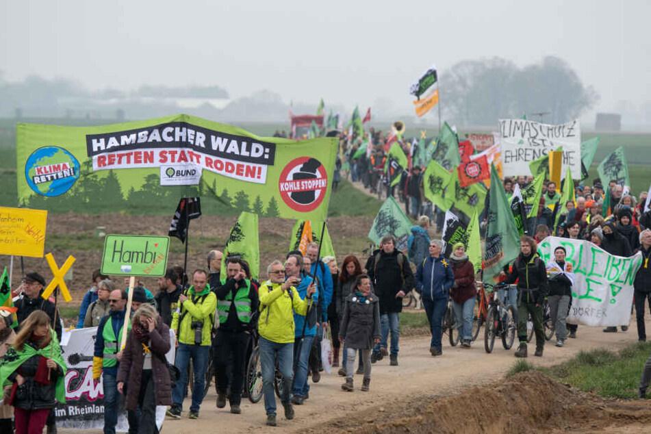 Großer Protest gegen Zerstörung von Braunkohle-Dörfern
