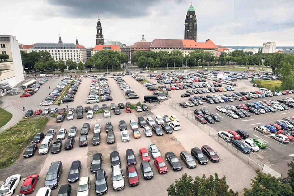 Bislang parken die Autos am Ferdinandplatz neben dem Karstadt oberirdisch.