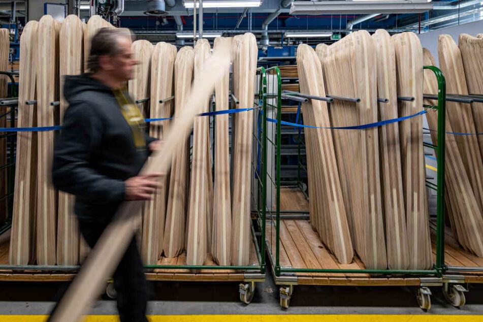 Holzkerne für Skier stehen in der Produktion des Skiherstellers Völkl.