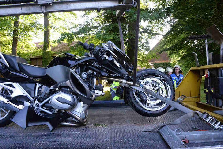 Motorrad und Auto mussten abgeschleppt werden.