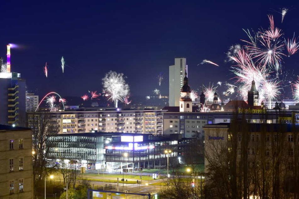 Um Mitternacht erleuchtete ein großes Feuerwerk den Himmel über Chemnitz. In den Stunden danach herrschte in der Stadt aber dicke Luft.