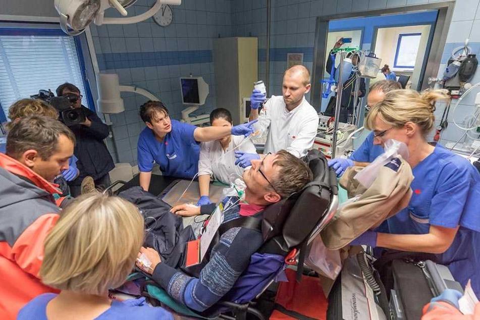 """Ein """"Verletzter"""" wird in der Notaufnahme des Krankenhaus Mittweida untersucht."""
