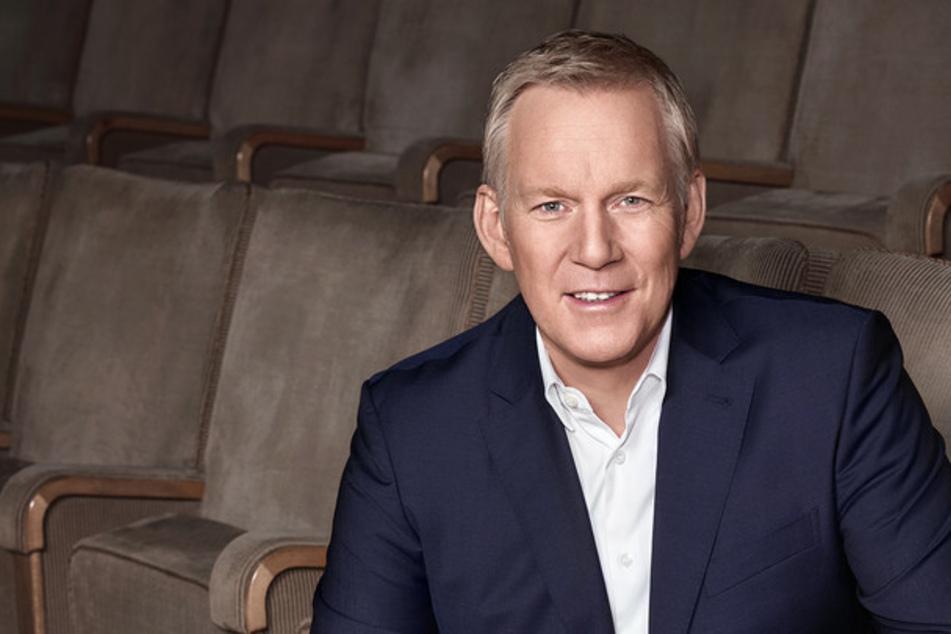"""Johannes B. Kerner (55) moderiert in leeren Rängen, aber voller Bühne zur Spenden-Gala im ZDF """"Ein Herz für Kinder""""."""