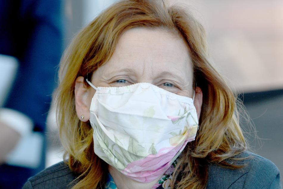 Karin Prien (CDU), Bildungsministerin von Schleswig-Holstein, trägt zu Beginn der Sondersitzung des Landtags eine Schutzmaske.