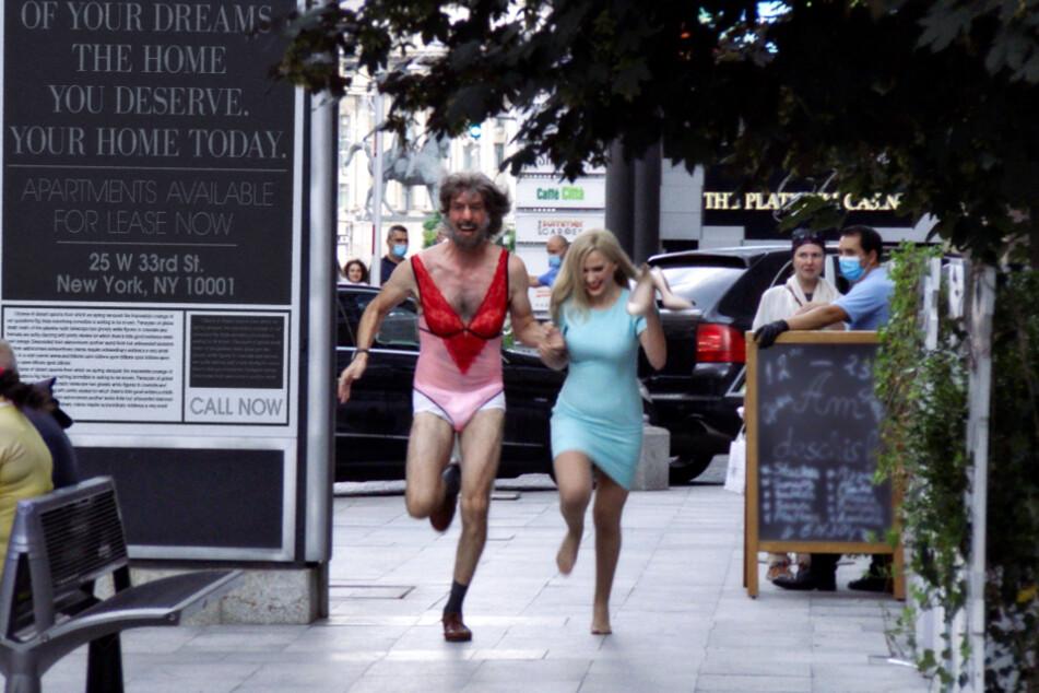 Borat (Sacha Baron Cohen; l.) flieht in Verkleidung mit seiner Tochter Tutar Sagdiyev (Maria Bakalova) aus einem Hotel.