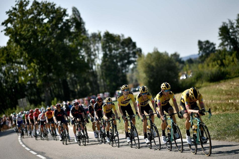 Die Radrennfahrer vom Team Jumbo-Visma in Aktion.
