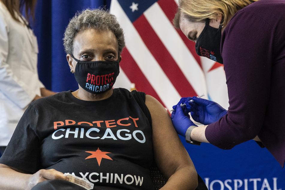 25. Januar 2021: Chicagos Bürgermeisterin Lori Lightfoot (58, l.) bekommt von Dr. Allison Arwady, Beauftragte des Chicago Department of Public Health, die erste Dosis des Corona-Impfstoffs von Biontech/Pfizer überreicht.