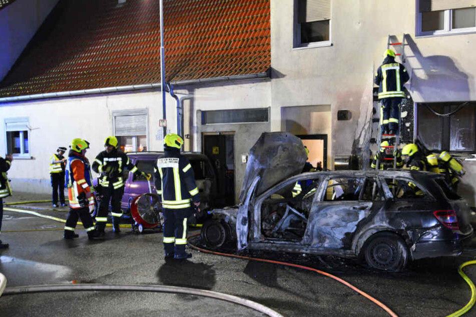 Das Feuer beschädigte Hausfassaden, ein zweites Auto brannte. Ein Drittes trug Schäden davon.