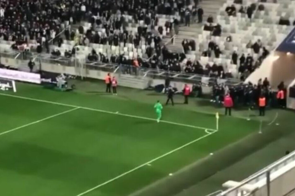 Im ersten Abschnitt des Spiels stürmten mehrere Bordeaux-Fans den Rasen.
