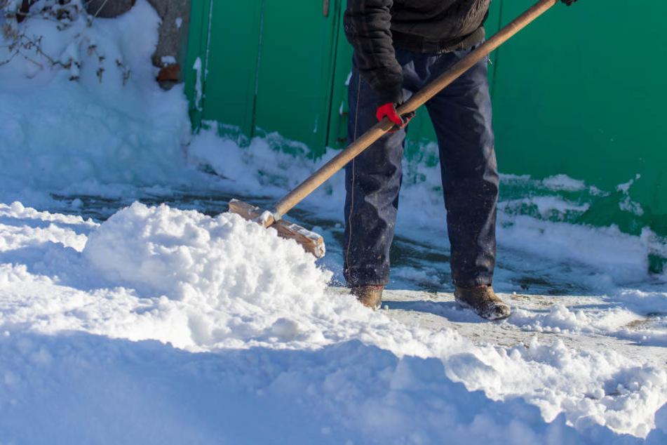 Der Mann geriet beim Schneeschaufeln in Streit mit seinen Nachbarn. (Symbolbild)