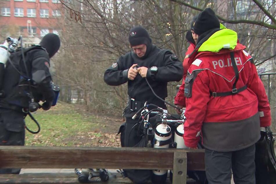 Die Polizei sucht mit Tauchern nach dem Vermissten.