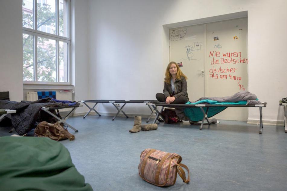 Eine Medizinstudentin muss in einem Not-Camp vom AstA unterkommen, weil sie keine Wohnung hat.