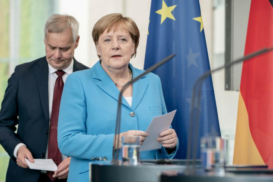 Angela Merkel und Finnlands Ministerpräsident Antti Rinne kommen zur Pressekonferenz im Bundeskanzleramt.