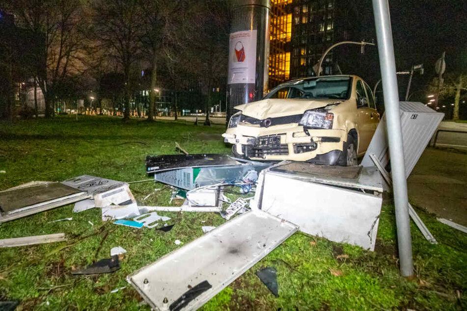 Auto und Stromkasten waren nach dem Unfall nicht mehr zu gebrauchen.
